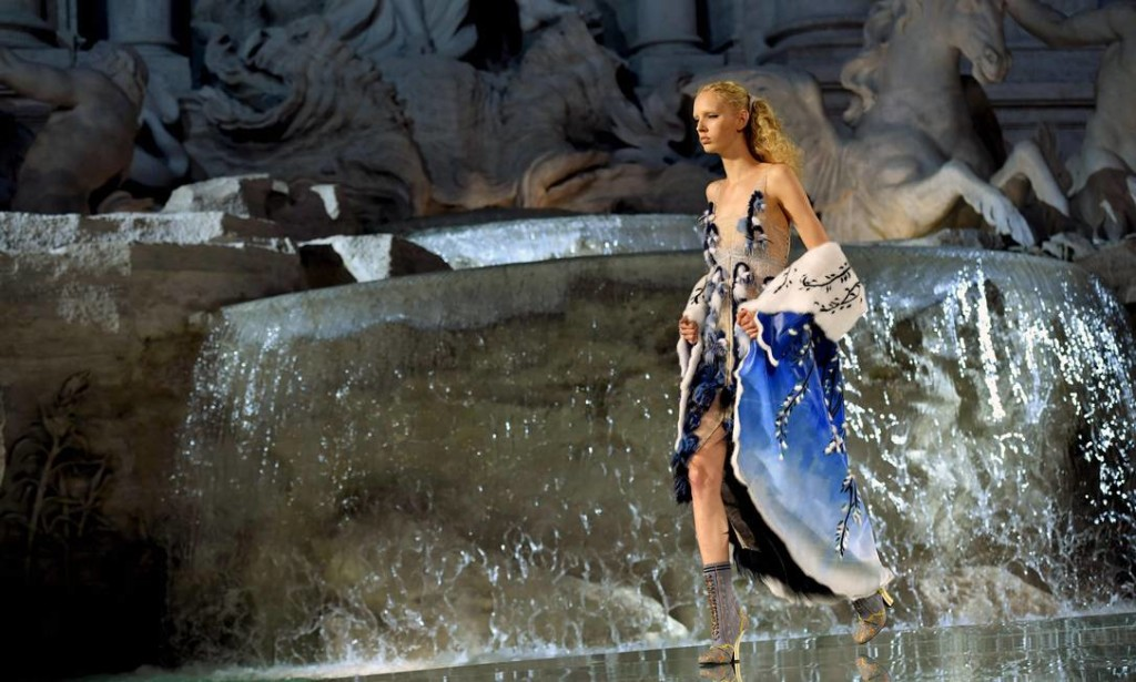 59754499_A-model-presents-a-creation-by-Fendi-during-a-fashion-show-at-the-Trevi-Fountain-in-Rome-on